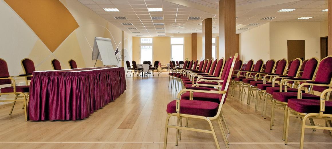 大規模な会議からプライベートなお集まりまで、お客様のニーズに合わせた宴会場をご用意しております。
